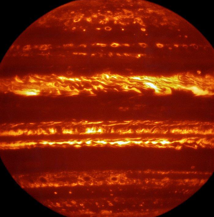 W ramach przygotowań do zbliżającego się przybycia statku kosmicznego NASA Juno w lipcu 2016 roku astronomowie wykorzystali ESO Very Large Telescope w celu uzyskania nowych spektakularnych obrazów Jowisza w podczerwieni za pomocą instrumentu VISIR. Są one częścią kampanii mającej na celu stworzenie wysokiej rozdzielczości map tej gigantycznej planety, aby informować o działaniach podjętych przez Juno w ciągu następnych miesięcy, pomagając astronomom lepiej zrozumieć gazowego giganta.  Fałszywy kolor zdjęcia został stworzony przez wybór i połączenie najlepszych zdjęć uzyskanych z wielu krótkich ekspozycji VISIR przy długości fali 5 mikrometrów.
