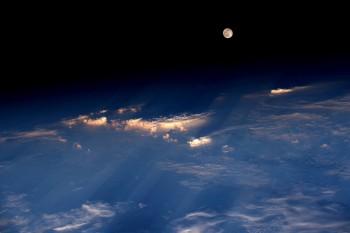 Księżyc wpełni, sfotografowany 20 czerwca 2016 roku zMiędzynarodowej Stacji Kosmicznej przezastronautę Jeffa Williamsa. Ujęcie zostało wykonane podczas przelotu nadzachodnimi Chinami.