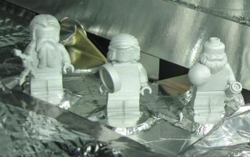 Aluminiowe figurki LEGO przedstawiające Galileusza, Juno oraz Jowisza.