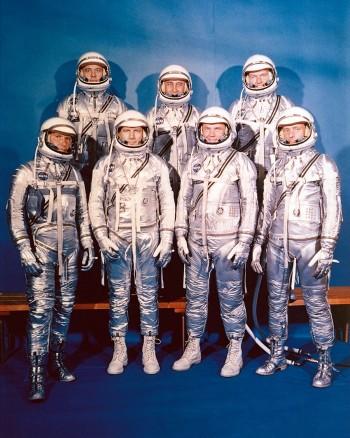 Od lewej: Walter Schirra, Donald Slayton, John Glenn, i Scott Carpenter; z tyłu: Alan Shepard, Virgil Gus Grissom oraz Gordon Cooper.