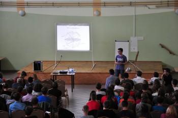 Marcin Kastek podczas wygłaszania swojego referatu o historii i działaniu zegarów słonecznych. fot. Michał Grendysz
