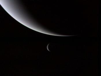 Zdjęcie Neptuna iTrytona wykonane przezVoyagera 2 podczas przelotu.