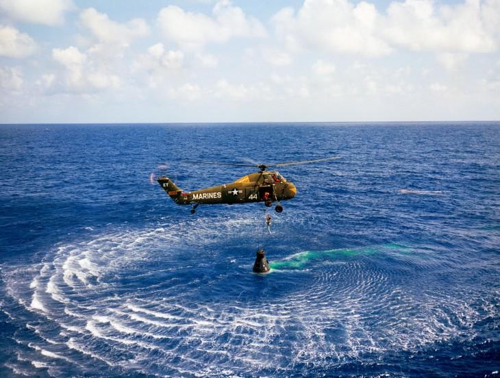 Śmigłowiec przechwytuje kapsułę z Alanem Shepardem.