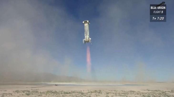 Na zdjęciu uchwycony został New Shepard podczas lądowania. Niezwykle przezroczysty płomień wylotowy i brak dymu statek zawdzięcza użyciu jako paliwa mieszaniny ciekłego tlenu i wodoru, których jedynym produktem spalania jest para wodna.
