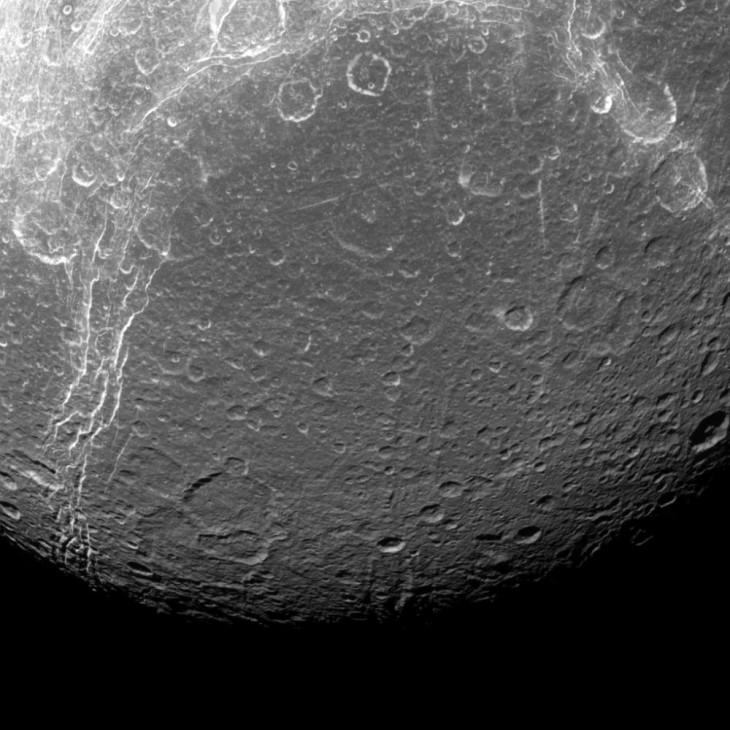 Zdjęcie powierzchni Dione zostało wykonane przez sondę Cassini 22.08.2016r.
