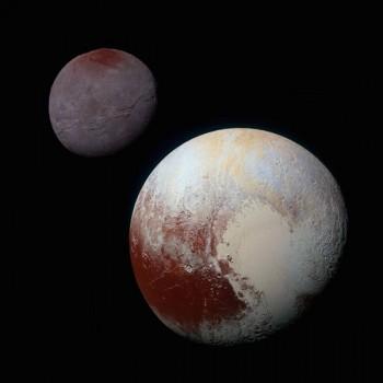 Zestawienie zdjęć Plutona i Charona, wykonanych przez sondę New Horizons