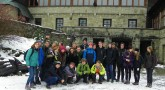 Zdjęcie seminarzystów na tle schroniska na Szyndzielni.