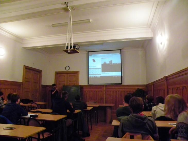Na zdjęciu uczestnicy zasłuchani w referat o radioastronomii. W momencie robienia fotografii prelegent demonstrował używanie radioteleskopu w czasie rzeczywistym.