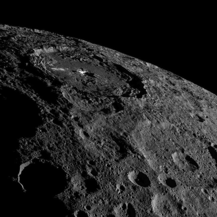 Zdjęcie planety karłowatej Ceres ukazuje część północnej półkuli. Wwidocznym miejscu jaśnieje krater Occator, źródło intrygujących białych plam naCeres.
