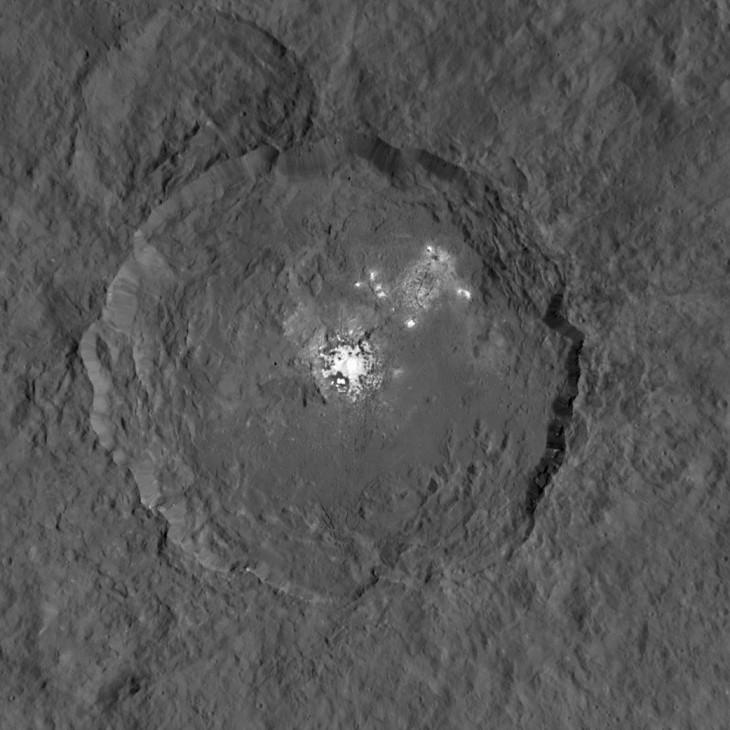 Zdjęcie zrobione przez sondę Dawn przedstawia planetę karłowatą Ceres. Celem wykonania fotografii było ukazanie zagadkowych białych plam znajdujących sie w kraterze Occator.