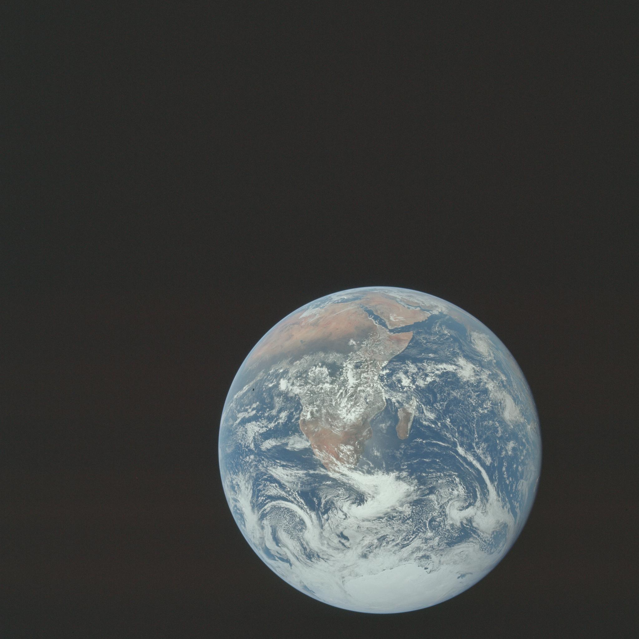 """""""The Blue Marble"""" - Obraz Ziemi widziany przez załogę Apollo 17 podróżującą w kierunku Księżyca. Obszar widoczny na zdjęciu rozciąga się od Morza Śródziemnego po lodowe czapy Antarktydy na południu. Jest to pierwszy raz, gdy tor lotu Apolla umożliwia sfotografowanie czap lodowych na Antarktydzie. Niemal całe wybrzeże Afryki jest dobrze widoczne."""