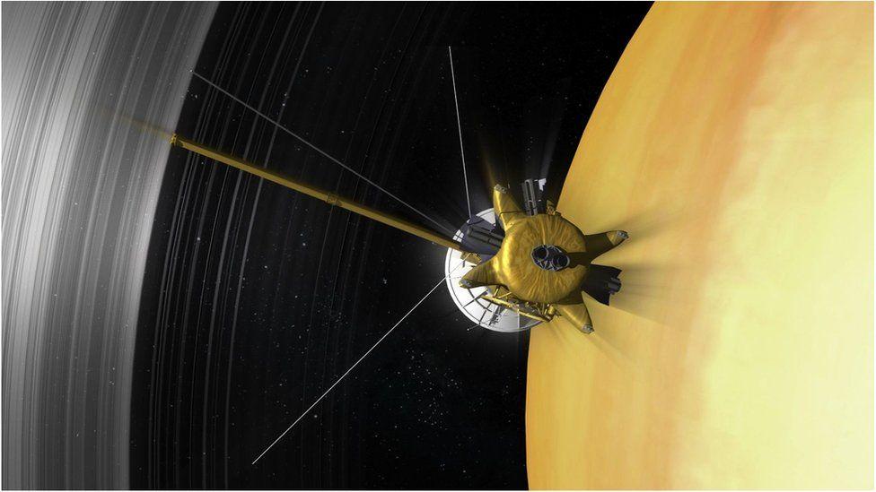 Cassini przelatująca między górnymi partiami atmosfery apierścieniami Saturna.