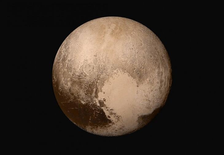 Pluton w rzeczywistych kolorach. Widoczny jest biały obszar w kształcie serca, nieformalnie znany jako Sputnik Planitia.