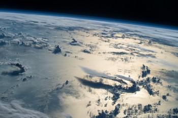 Z Międzynarodowej Stacji Kosmicznej wydarzenia naZiemi mają nową perspektywę. NaMorzu Filipińskim burza stanowi eteryczny widok.