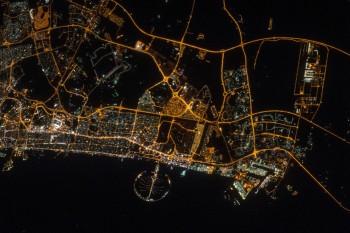 Dubaj i blask północnych Zjednoczonych Emiratów Arabskich w nocy 11 marca 2016 roku.