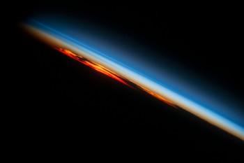 """Kiedy Słońce zachodzi nadpołudniowym Oceanem Atlantyckim, ISS """"wyciąga"""" ostatnie promienie koloru zatmosfery."""