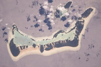 Niepowtarzalny widok wyspy Weda Atoll w Indonezji widziany z ISS.