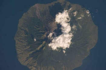 Wulkan Sangeang Api w centralnej Indonezji.