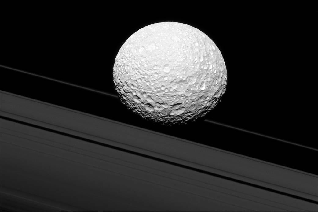 Mimas na tle pierścieni wygląda spektakularnie