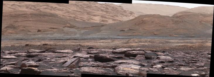 Pierwszy plan zdjęcia sfotografowanego przez Mastcam na łaziku Curiosity ukazuje fioletowe skały, które pojazd badał niedawno. Wzgórza w tle są następnym celem misji Curiosity. Różnorodność kolorów wskazuje na zróżnicowanie środowiska Marsa na różnych etapach jego historii.