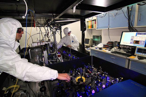 Eksperymenty przy optycznym zegarze atomowym wKrajowym Laboratorium FAMO.
