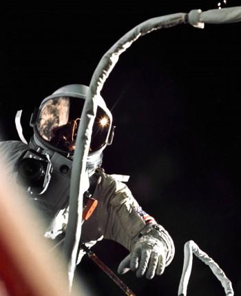 Cernan podczas spaceru kosmicznego. Misja Gemini 9