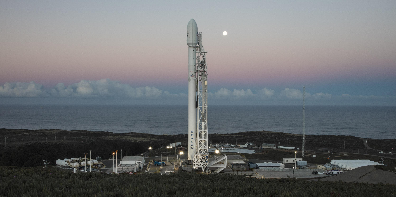 Rakieta Falcon 9 wraz z ładunkiem na kilka godzin przed planowanym startem.