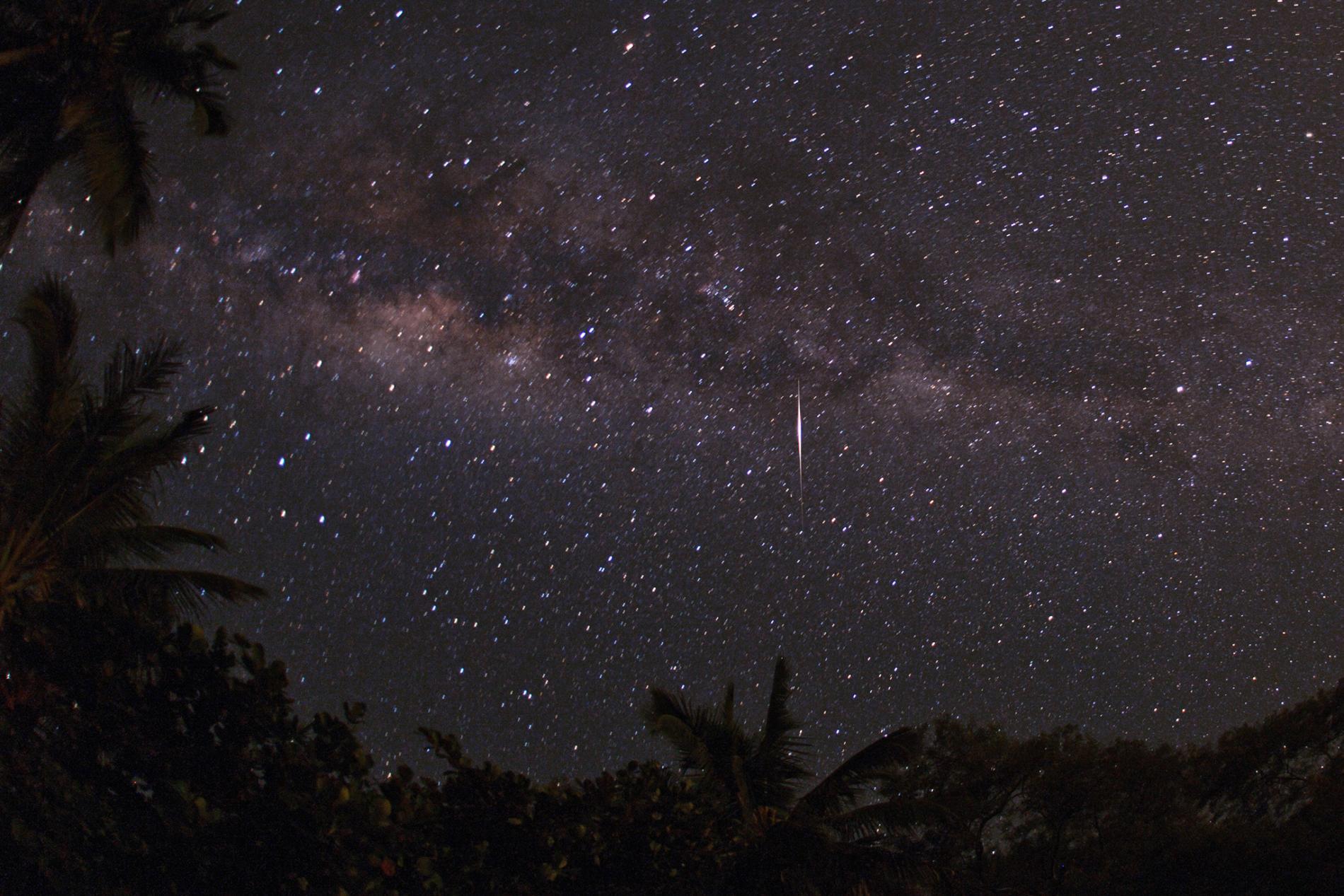 Nocne niebo w Brazylii: smugi flar Iridium.