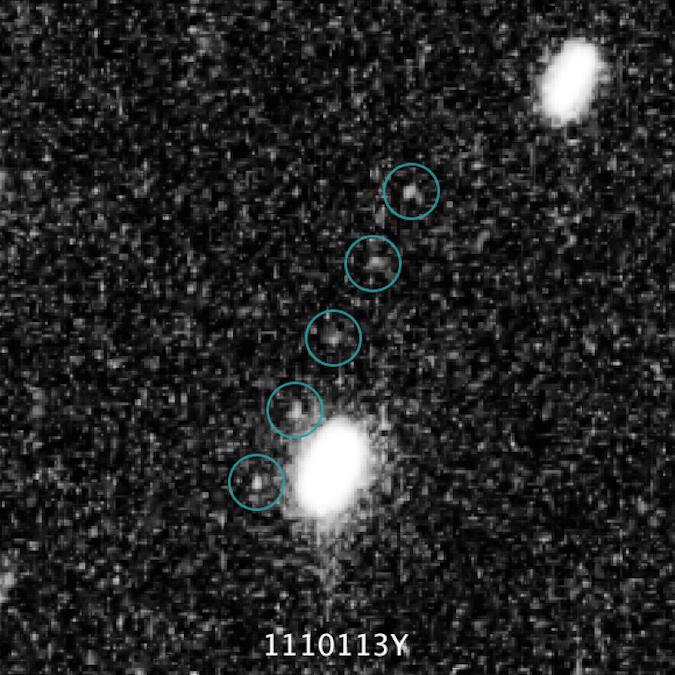 Obiekt 2014 MU69 widziany przez Teleskop Hubble'a poruszający się przez pole gwiazd z serii obrazów z lipca 2014 roku.
