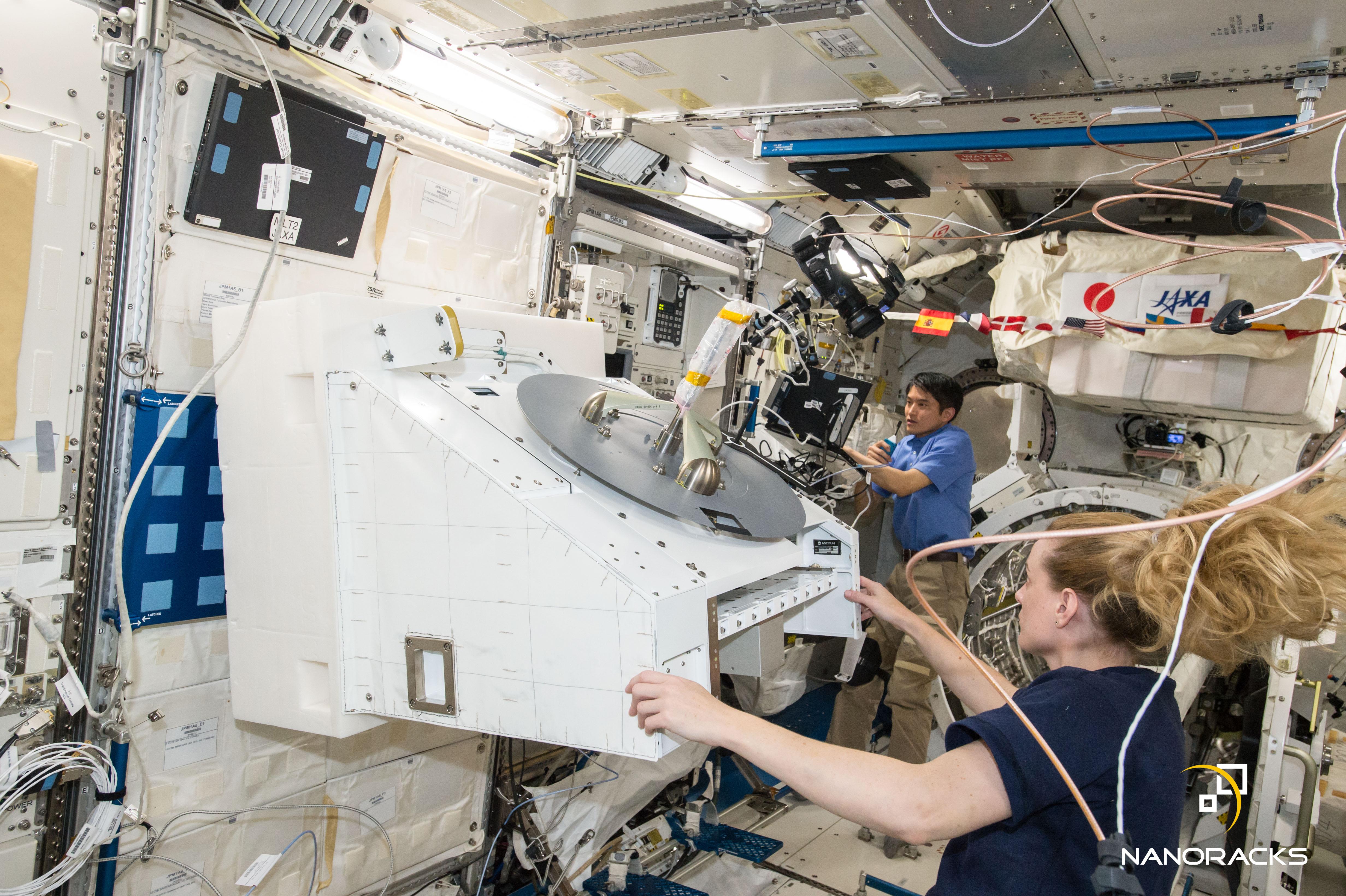 Zdjęcie wykonane na ISS w sierpniu 2016 roku podczas instalacji wyprodukowanej przez NanoRacks Zewnętrznej Platformy.