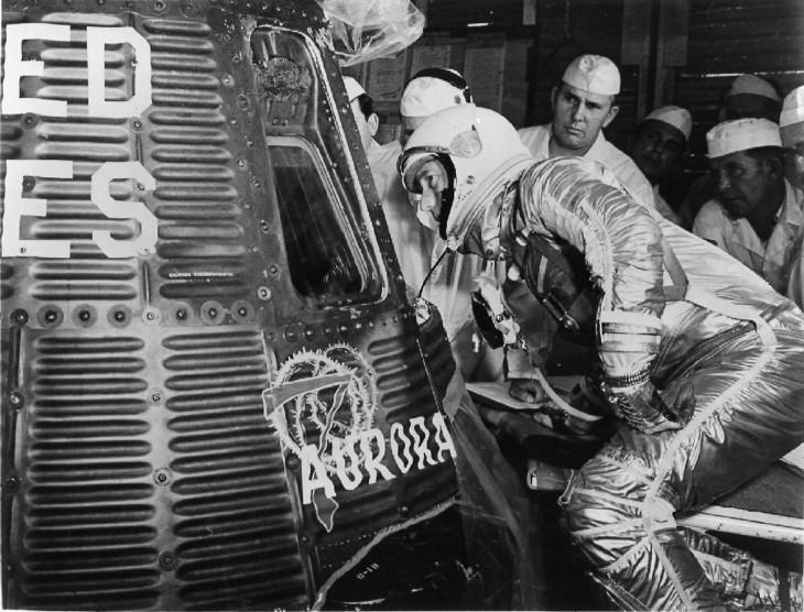 """Carpenter dokonuje ostatnich inspekcji kapsuły """"Aurora 7"""" zanim siądzie za jej sterami."""