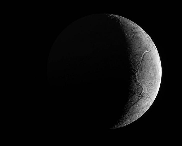 Zdjęcie Enceladusa, księżyca Saturna, wykonane przez sondę Cassini