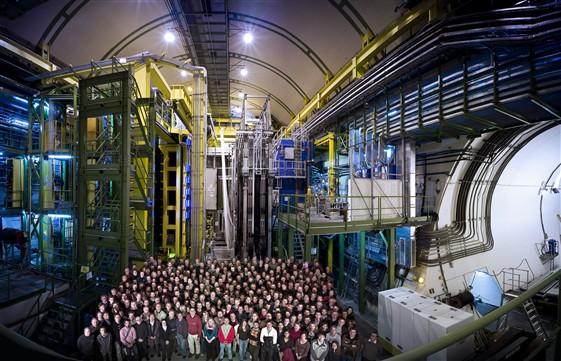 Zespół eksperymentu LHCb przy detektorze