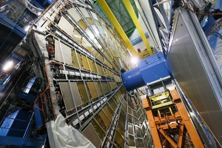 Wielki Zderzacz Hadronów w ośrodku naukowo-badawczym CERN na przedmieściach Genewy w Szwajcarii.