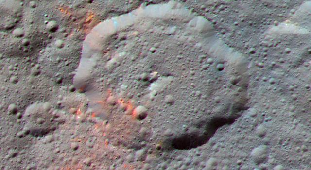 Obraz krateru Ernutet z wyraźnie widocznymi czerwonymi obszarami związków organicznych