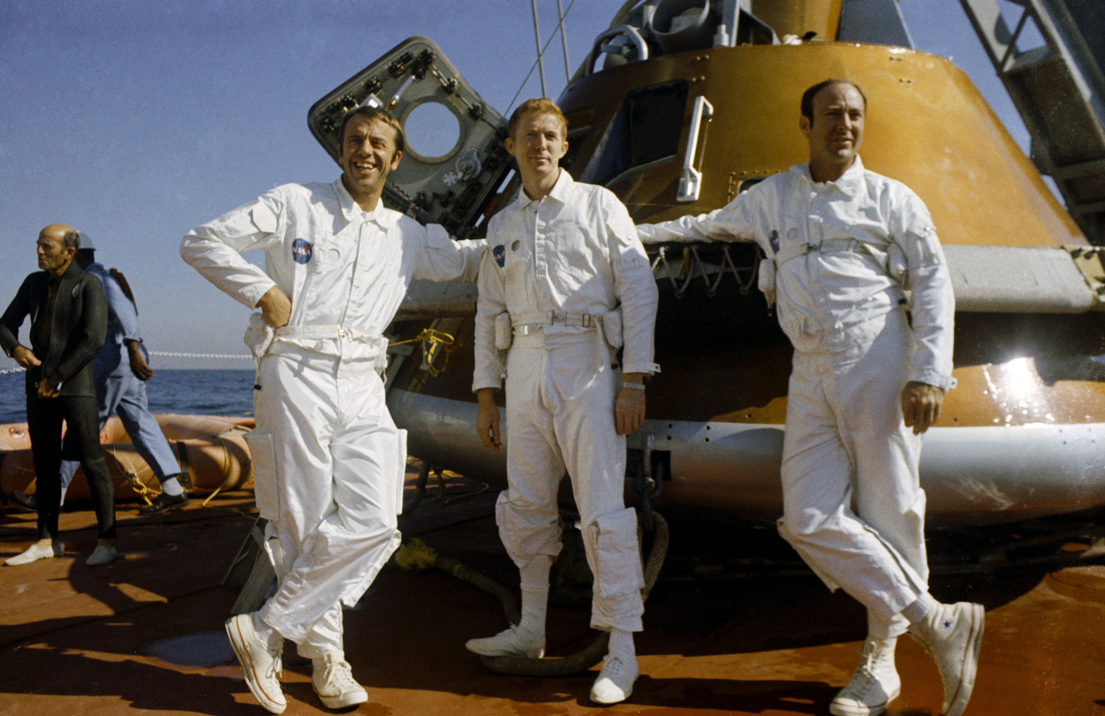 Załoga Apollo 14 po zakończonym treningu na morzu