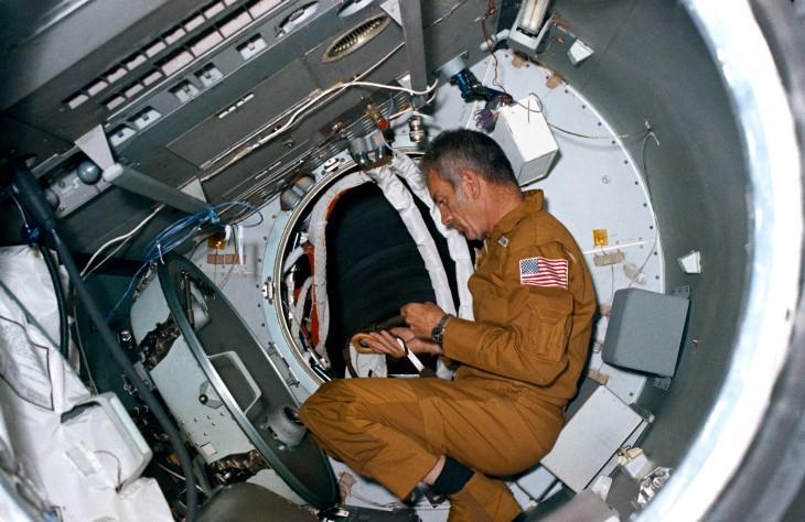 Deke Slayton podczas treningu w Apollo Docking Module, 1074r.