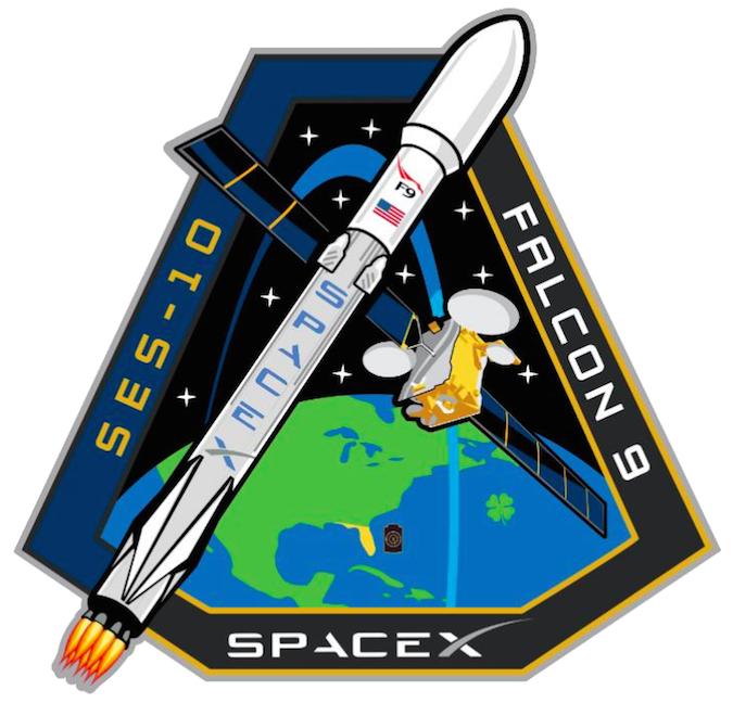 Logo misji wyniesienia satelity SES-10 przez rakietę Falcon 9 realizowanej przez amerykańskie przedsiębiorstwo przemysłu kosmicznego SpaceX.