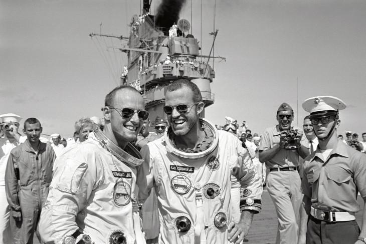 Cooper i Conrad po zakończonej misji na pokładzie USS Lake Champlain.