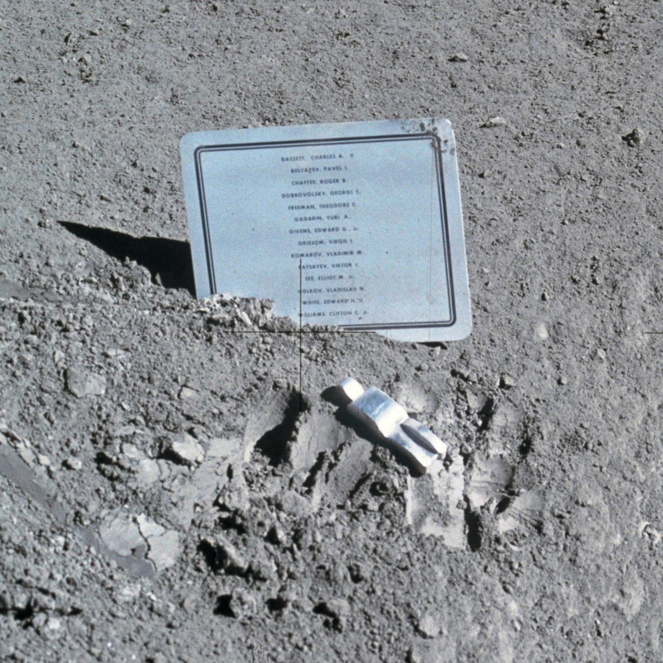 David Scott pozostawił na Księżycu tabliczkę upamiętniającą poległych astronautów. Nazwisko Grissoma jest ósme od góry.