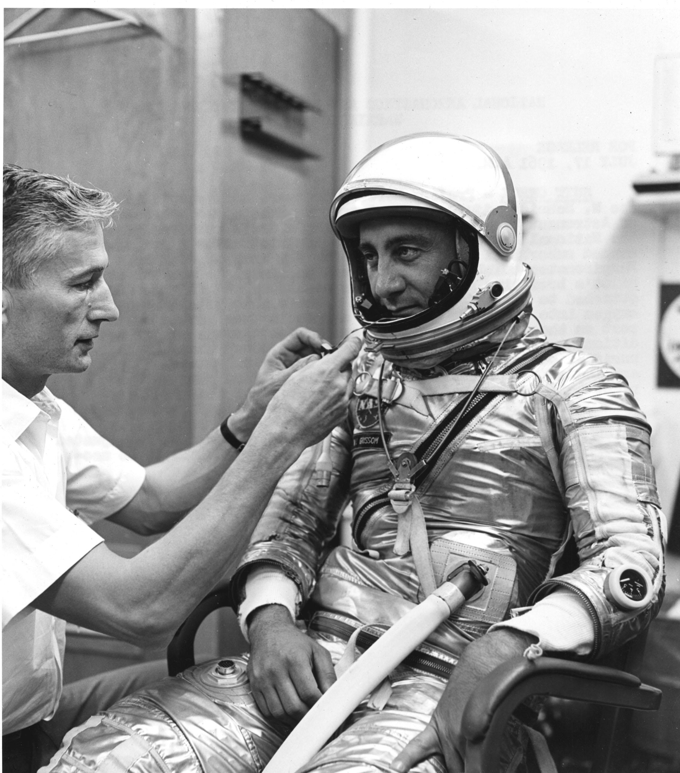 Grissom podczas ostatniego sprawdzenia kombinezonu przed misją Mercury 4.