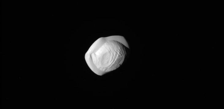 Pan - mały księżyc krążący wokół Saturna