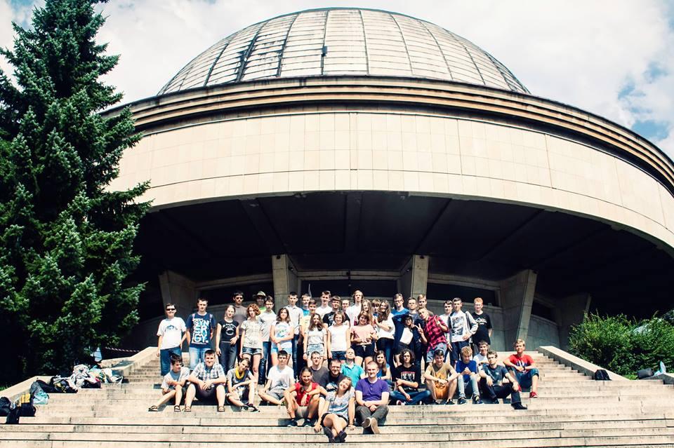 Uczestnicy obozu na tle kopuły Planetarium Śląskiego w Chorzowie.
