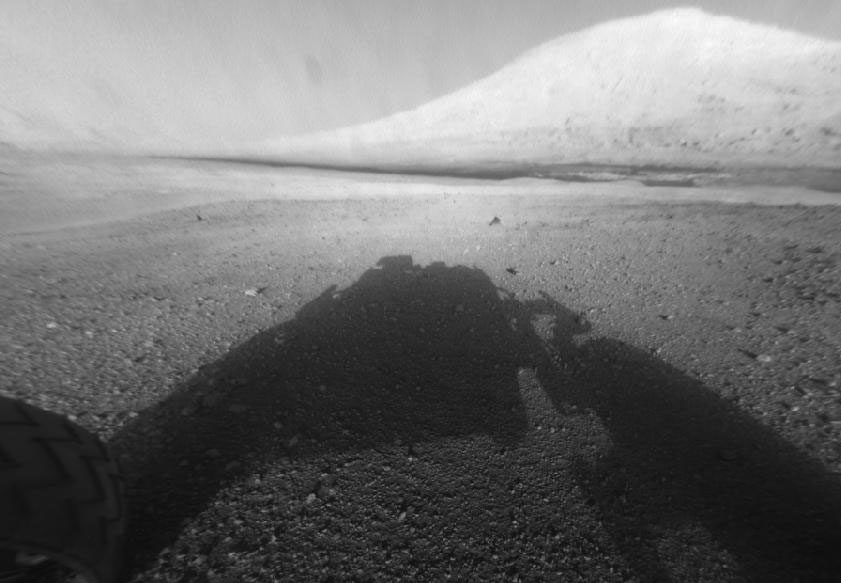 Aeolis Mons (zwana też Górą Sharpa) daleko przed Curiosity. Zdjęcie zostało wykonane tuż po lądowaniu łazika na Marsie. Od tamtego czasu przebył on długą drogę.