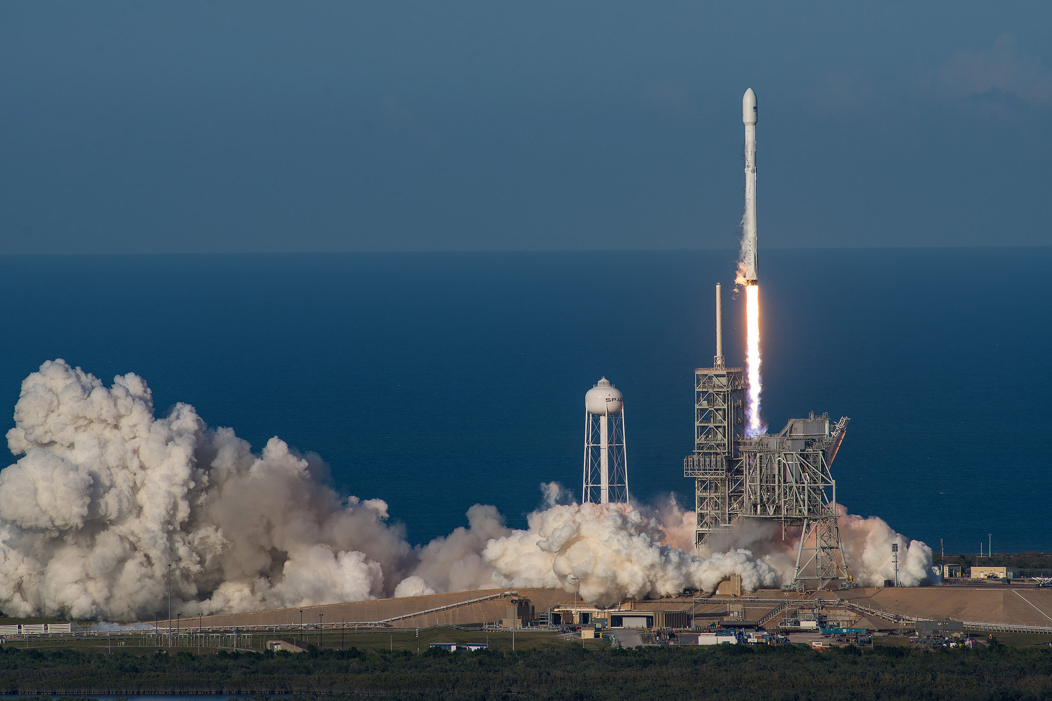 Na zdjęciu rakieta Falcon 9 startująca z ładunkiem z Centrum Kosmicznego Kennedy'ego.