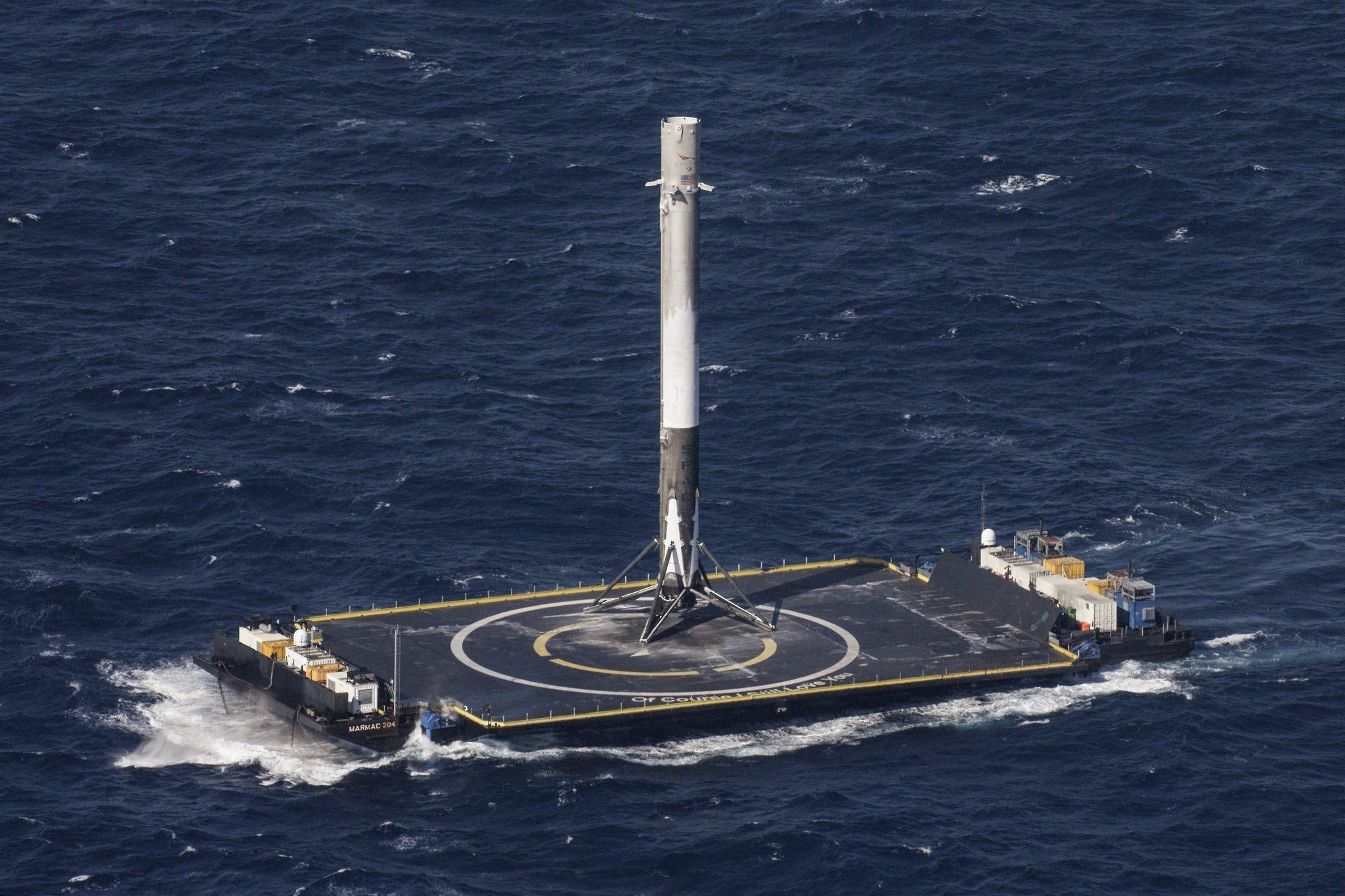 Zdjęcie wykonane tuż po pierwszym lądowaniu rakiety Falcon 9 w ramach misji CRS-8.