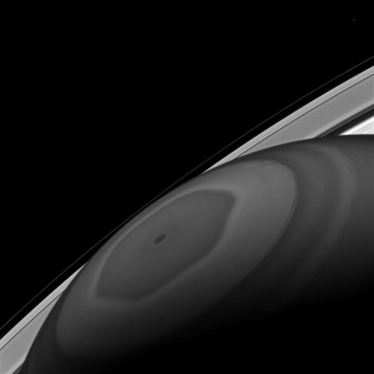 Sześciokątna burza na Saturnie