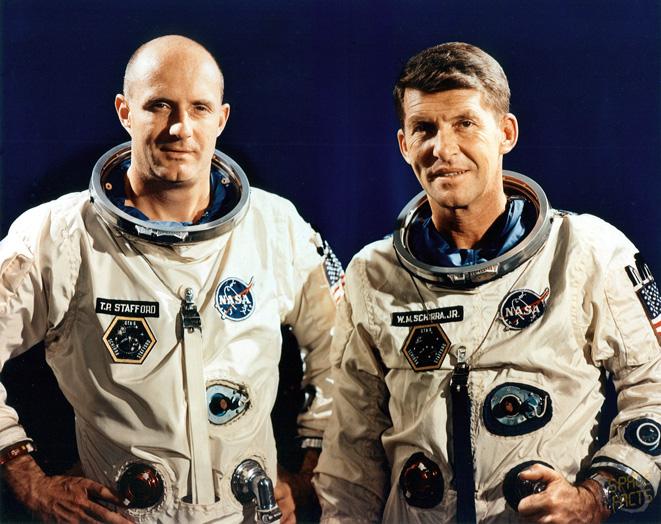 Walter Schirra i Thomas Stafford pozują do zdjęcia przed lotem załogowym GT-6.