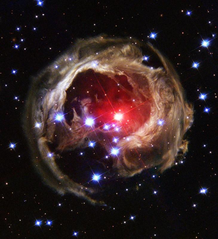 Gwiazda V838 Mon znajduje się wgwiazdozbiorze jednorożca. Zdjęcie zostało wykonane w2004 r.