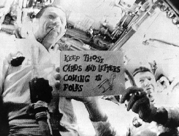 Kadr uchwycony przez kamerę telewizyjną na pokładzie Apollo 7 pokazuje Schirrę i Eisele.